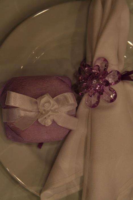 Nadir Garcia - Embrulho de papel com laço de cetim e rosinhas