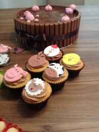Cupcakes de baunilha com recheio de brigadeiro, cobertura de ganache com decoração de pasta americana